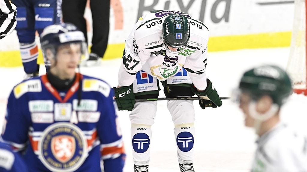 Spelare från Färjestad och Växjö på isen i arenan. Foto: Mikael Fritzon/TT