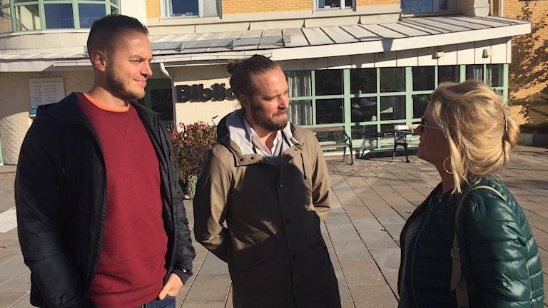 Daniel Wakeham och Tor Hedendahl från Artscape och Jessica Frick, kultursamordnare i Karlstads kommun på plats utanför bibliotekshuset i Säffle.