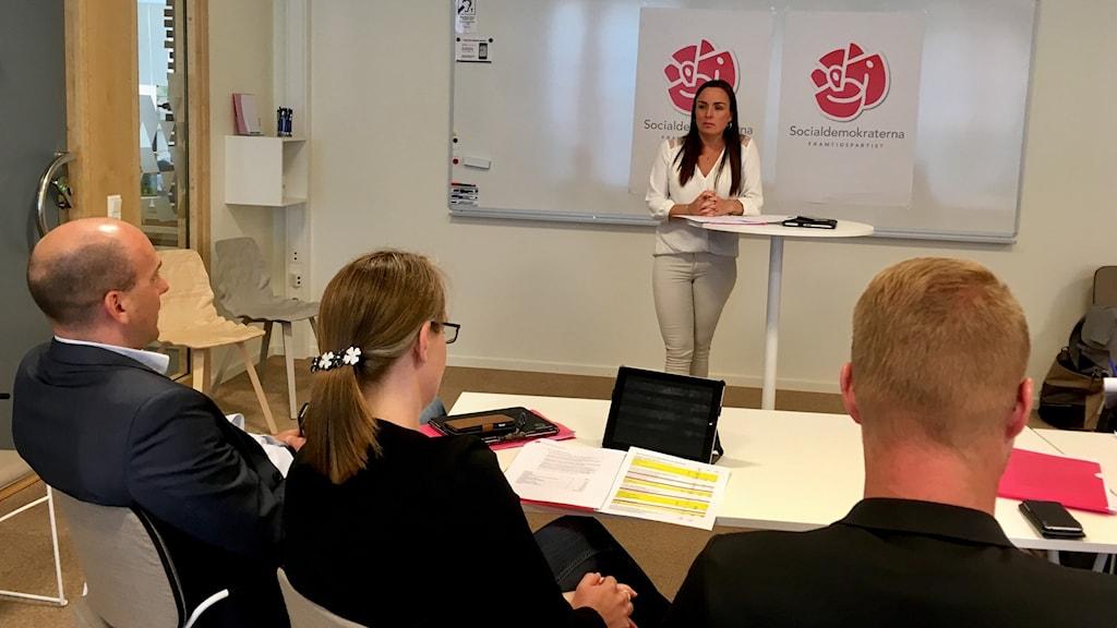 Socialdemokraterana i Karlstad presenterar sin budget för 2018. Linda larsson vid podiet.