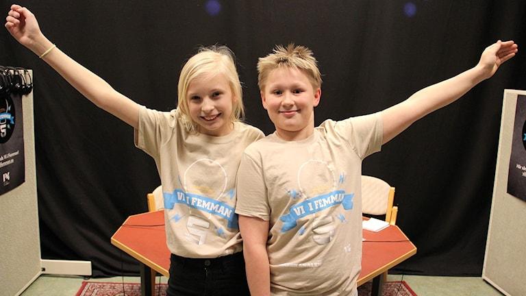 Vinnarna Lisola Knöös och Viktor Carlsson, Engelska skolan 5B. Foto: Lars-Gunnar Olsson/Sveriges Radio.