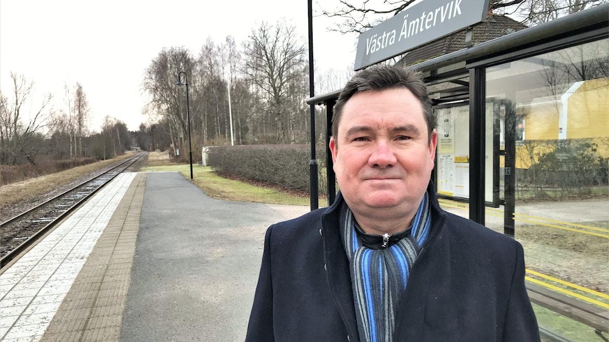 En man står på et tågperrong i Västra Ämtervik.