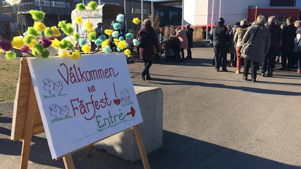 Skylt där det står välkommen till fårfest. Foto: Jonas Berglund/Sveriges Radio.