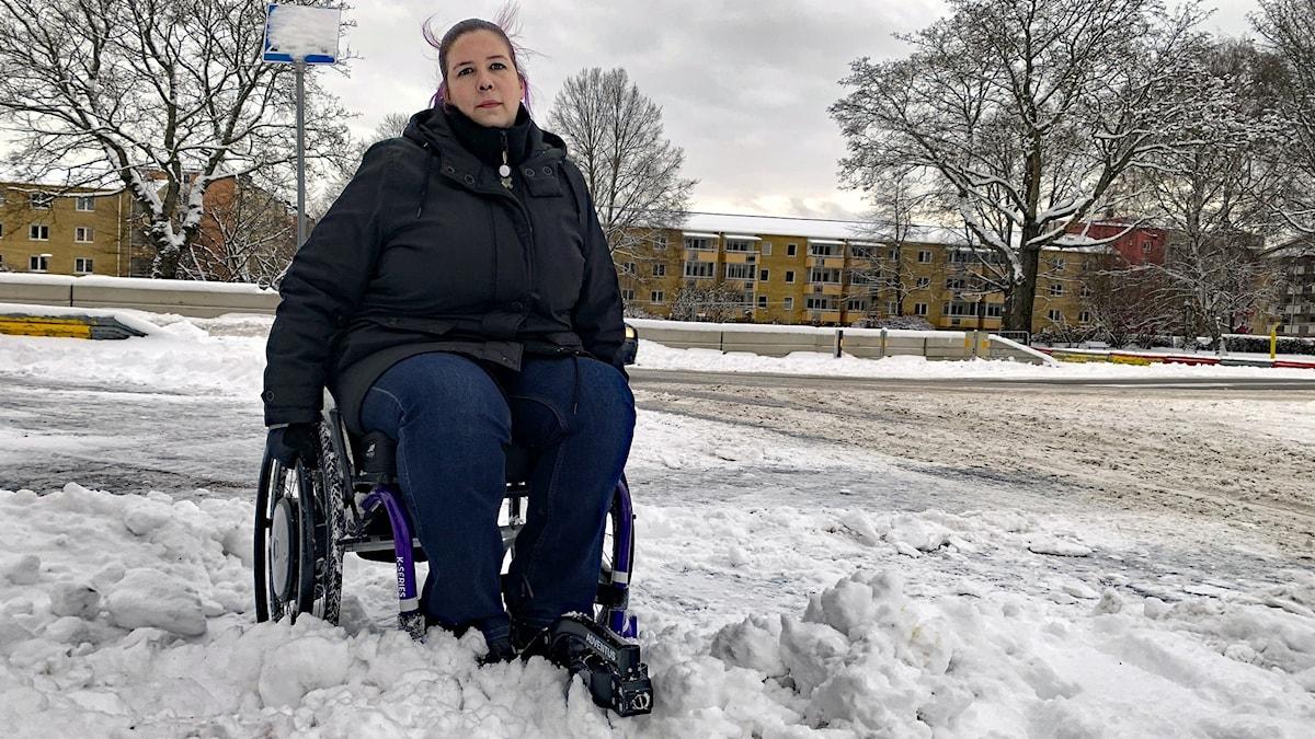 Jonna Skoog sitter fast i snön i en rullstol. Foto: Jonas Berglund/Sveriges Radio.