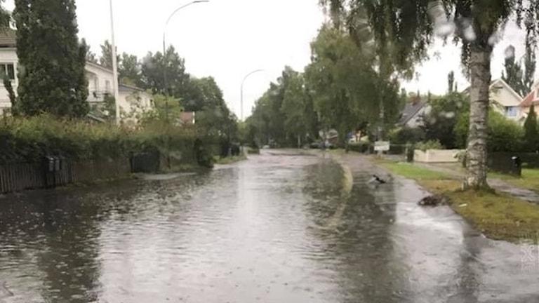 Mycket vatten på en gata