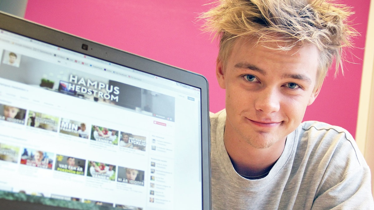 Hampus Hedström intill en skärm som visar hans Youtube-sida. Foto: Lars-Gunnar Olsson/Sveriges Radio.
