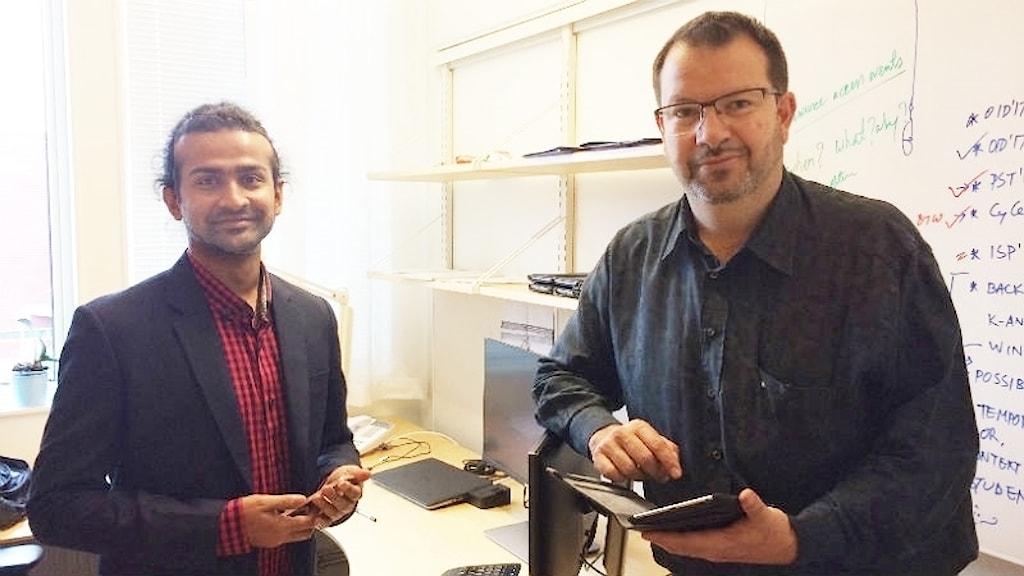 Nurul Momen, doktorand i informationssäkerhet och Lothar Fritsch, docent i datavetenskap vid karlstads universitet. Foto: Hedvig Nilsson/Sveriges Radio.