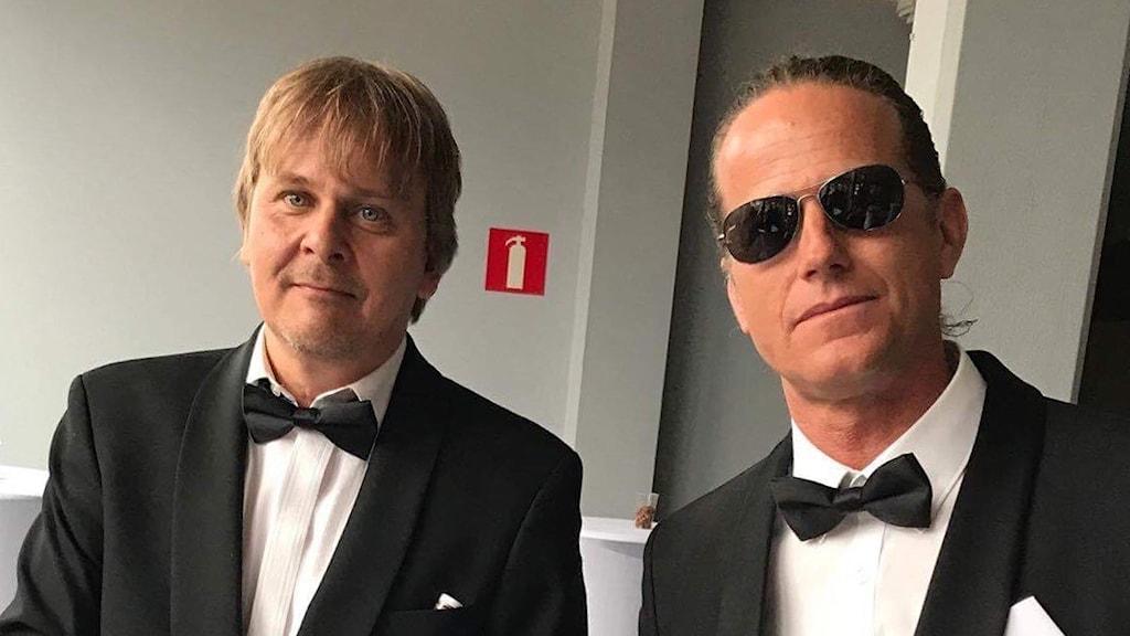 två män i smoking