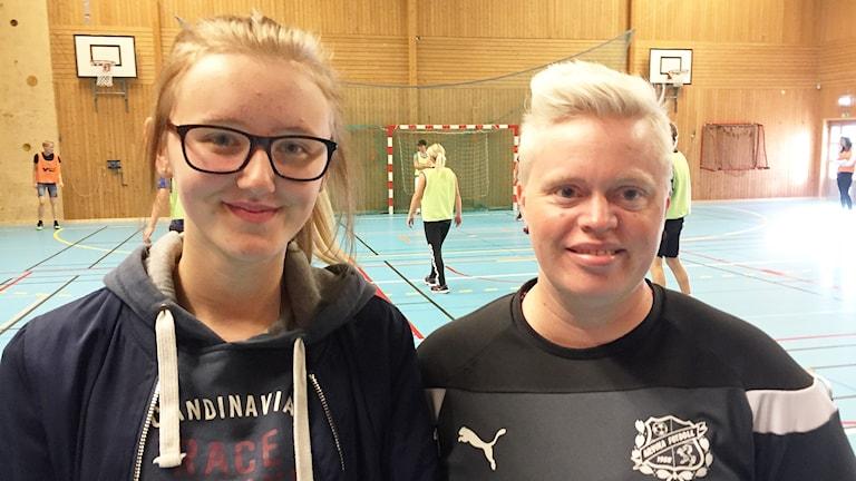 Klara Boström Slätt och gymnastikläraren Caroline Sjöstedt Nerbye. Foto: Robert Ojala/Sveriges Radio.