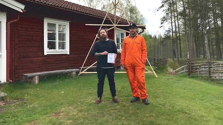 Oskar Carlsson och Emil Jessen är medlemmar i konstnärskollektivet när Luften går ur och de står utanför hembygdsgården i Gustavsfors. Foto: Victoria Svärd Karlsson/Sveriges Radio