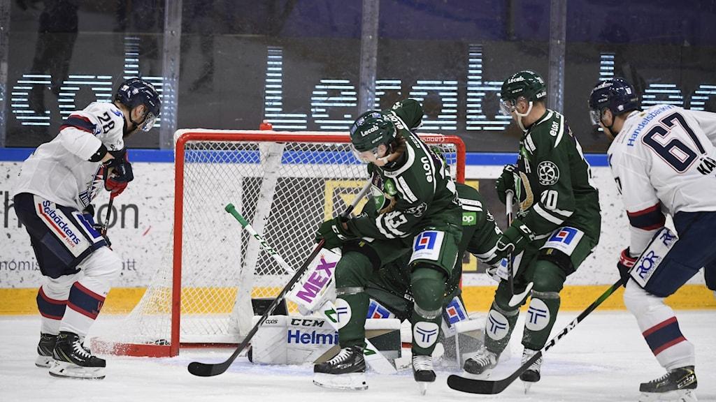 Linköpings Jarno Kärki petar in 0-1 under torsdagens ishockeymatch i SHL mellan Färjestad BK och Linköping HC i Löfbergs arena i Karlstad.