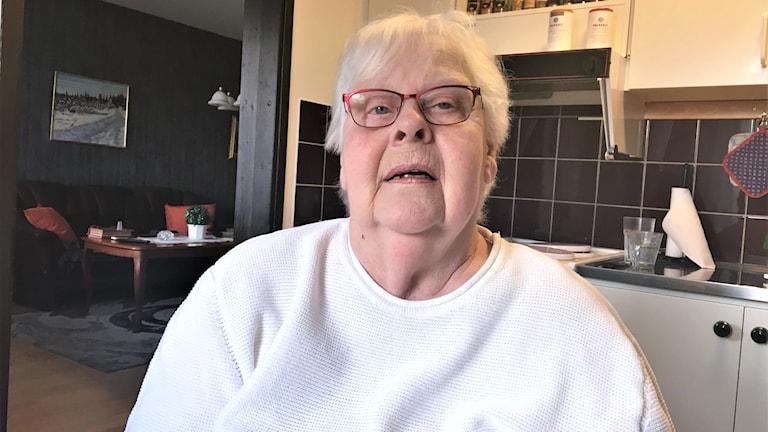 Anita Axelsson hemma i sitt kök. Jonas Berglund/Sveriges Radio.