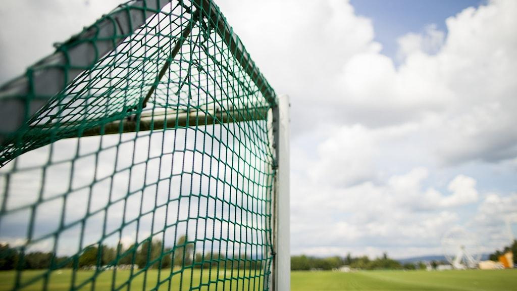 Fotbollsmål och del av blå himmel och grön plan. Foto: Grøtt, Vegard Wivestad/NTB