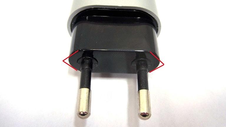 En USB-laddares felaktigt utformade stickproppkontakt. Foto: Elsäkerhetsverket.