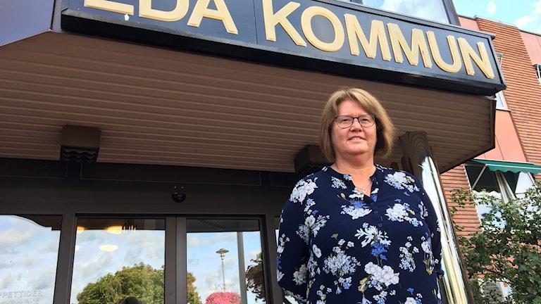 Anna-Lena Bryntesson står framför kommunhuset i Eda. Foto: Gustav Jacobson/Sveriges Radio