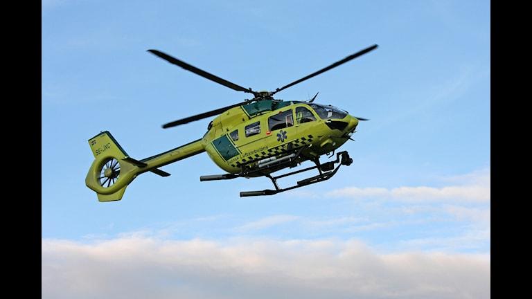 Ambulanshelikopter landar