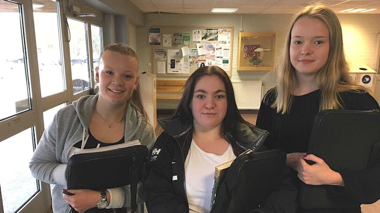 Eleverna Emma Palmgren, Felicia Bergström och Emmy Pettersson på Älvkullegymnasiet. Foto: Jenny Tibblin/Sveriges Radio.
