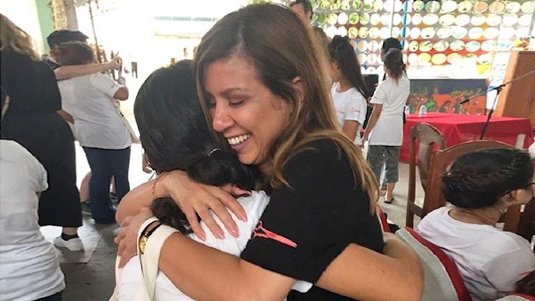 Ravin Sandi ger en elev en kram. Foto: Privat.