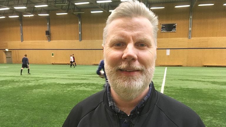 Tony Kola, tränare för Mallbackens IF. Foto: Per Larsson/Sveriges Radio.