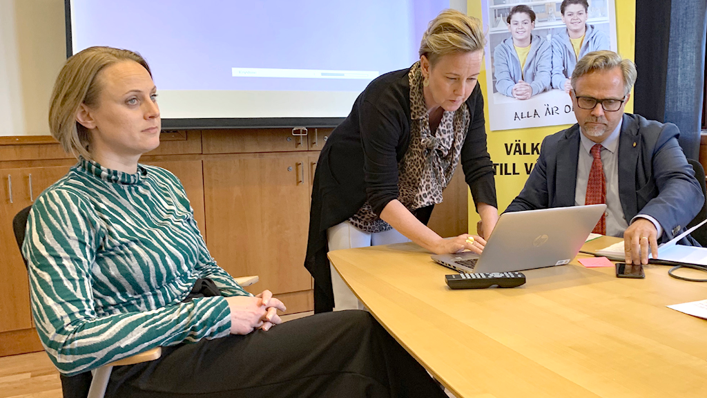 Sarah Thorén, rektor vid Frödingskolan, Maria Kjällström, skoldirektör, och Niklas Wikström (L), ordförande i Barn- och Ungdomsnämnden. Foto: Felix Hall/Sveriges Radio.