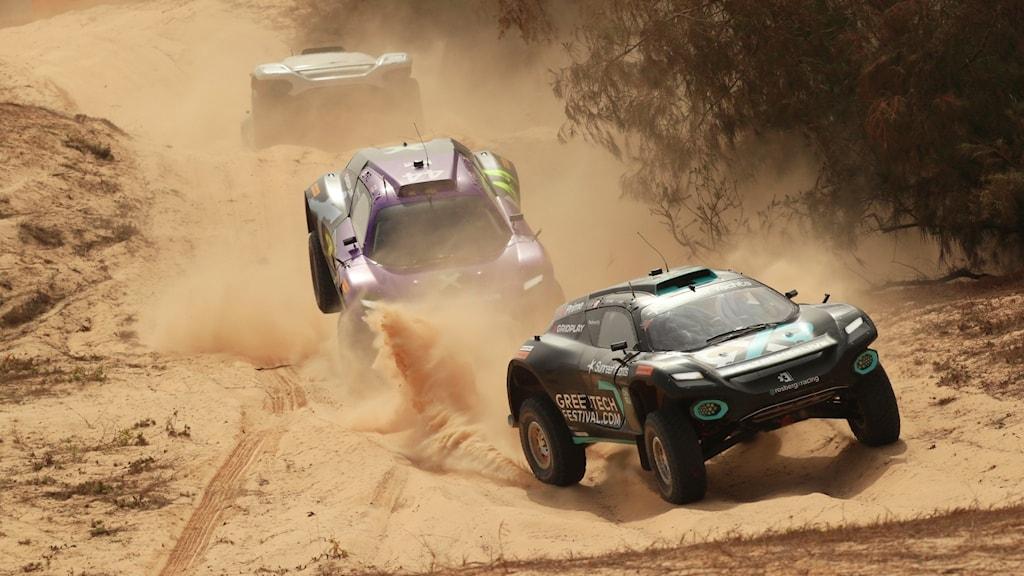 Johan Kristoffersson kör elbil på sanddynor.