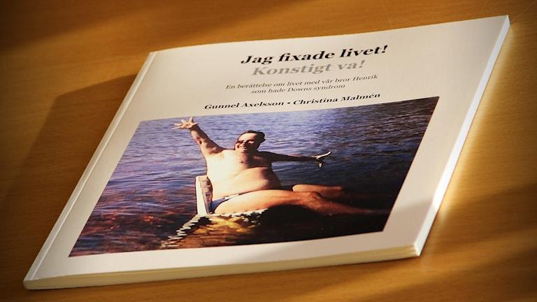 En bok på ett bord. Foto: Sveriges Radio.