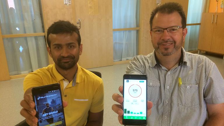Två män håller upp varsin smartphone. Foto: Kajsa Carlsson/Sveriges Radio.