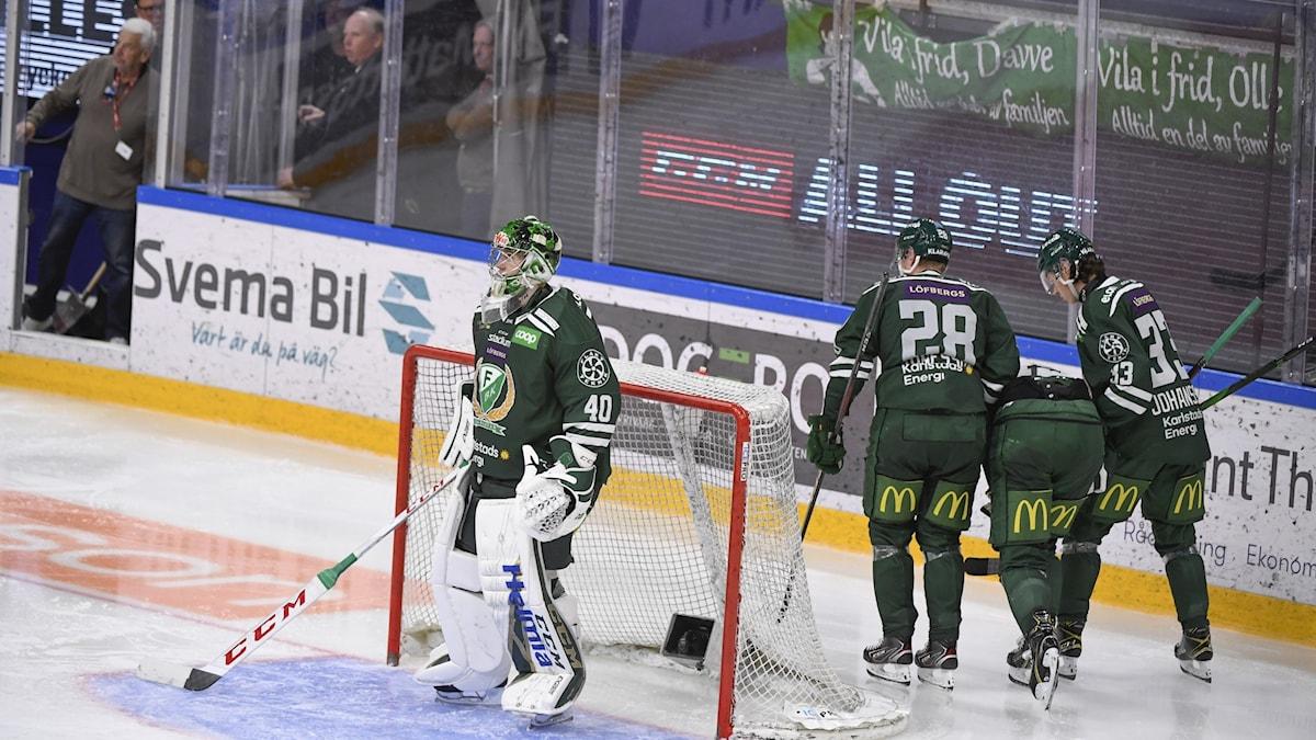 Färjestads Gustav Rydahl leds av isen efter en tackling som tog illa.