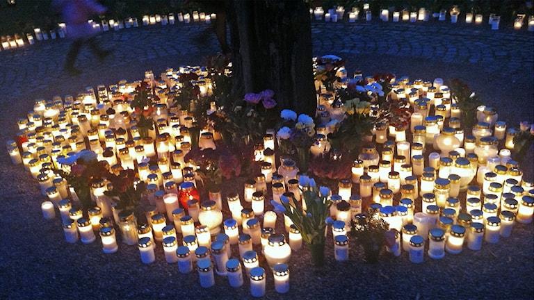 Ljuslyktor vid en kyrkogård. Foto: Lars-Gunnar Olsson/Sveriges Radio.