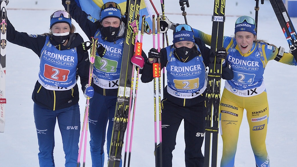 Mona Brorsson, Hanna Öberg, Linn Persson och Elvira Öberg jublar efter stafettsegern.