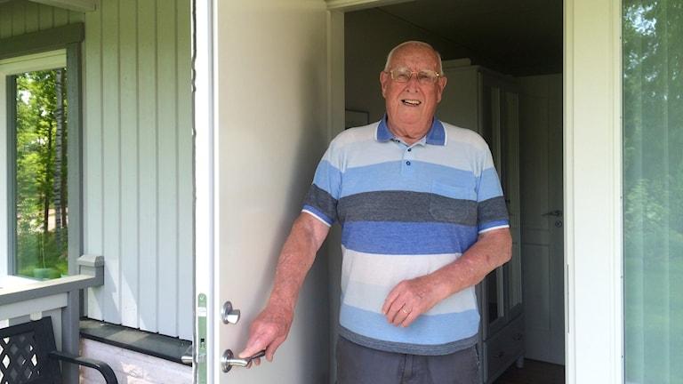 äldre man står i dörröppning karl-Erik Nilsson. Foto: Annika Ström/Sveriges Radio.