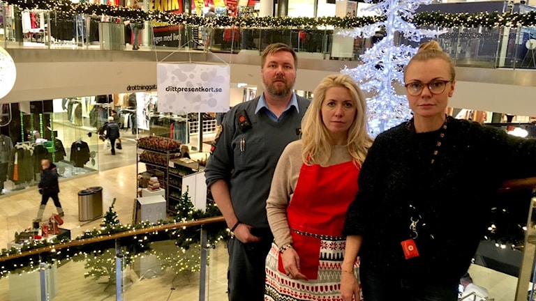 Mitt i citygallerian Karlstad Crister Carlsson, vakt, Maria Dahlbom, cityledare Centrum Karlstad, och Ann-Sophie Redfern, centrumledare för MittiCity