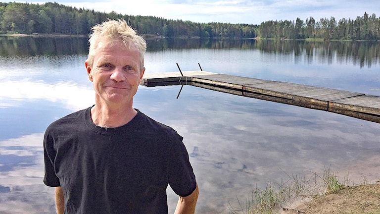 Niklas Lundsten vid en brygga. Foto: Jenny Tibblin/Sveriges Radio.