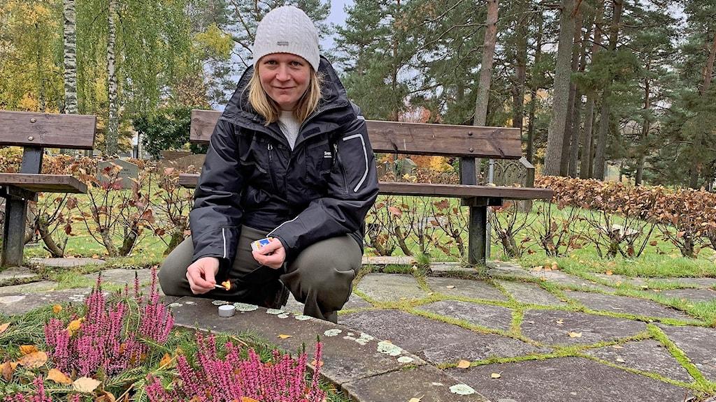 Elna Forsberg kyrkogårdschef på Ruds kyrkogård i Karlstad sitter på huk vid en blomsterplantering. Foto: Jonas Berglund/Sveriges Radio