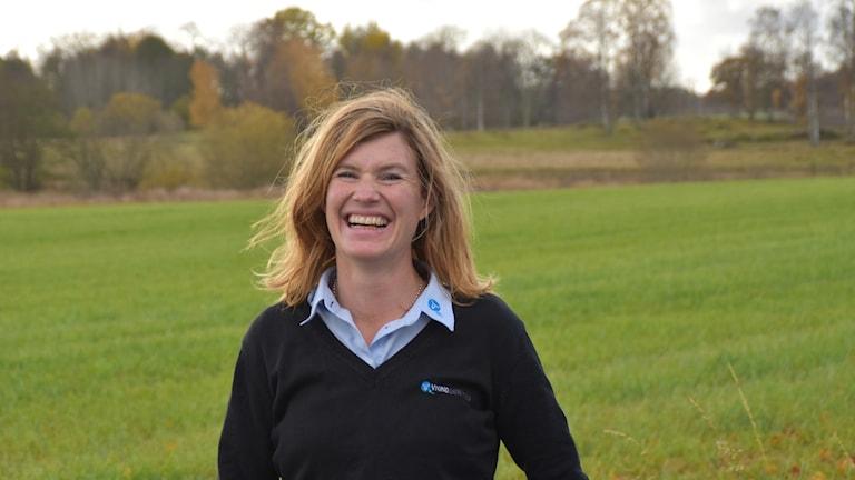 Porträtt på en kvinna vid ett fält
