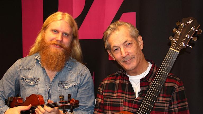 två män med fiol och gitarr