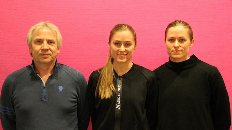 Mallbackens sportchef Stefan Johansson med spelarna Amanda Hellstrand och Elsa Hellstrand