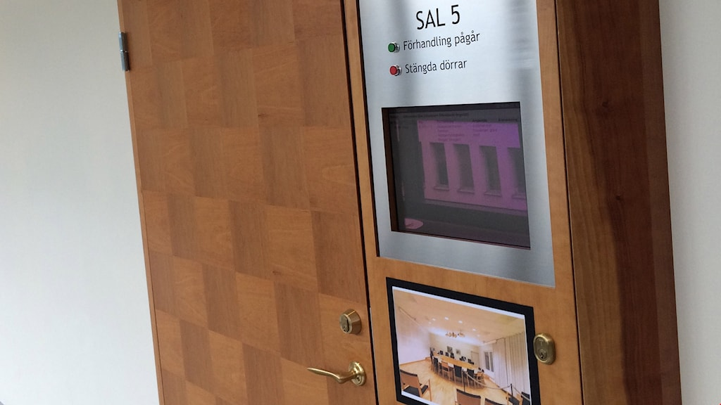 Dörr in till förhandlingssal i tingsrätt. Foto: Jenny Tibblin/Sveriges Radio.