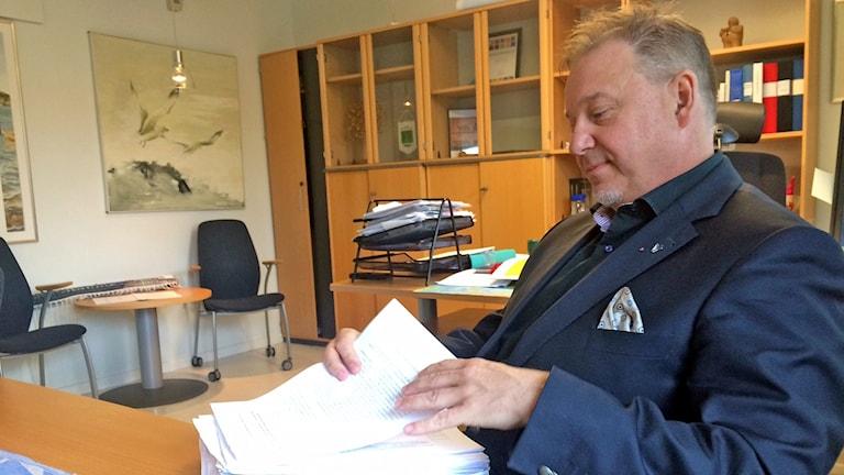 Per Aspengren tar emot underskrifter om Hammarö skolor