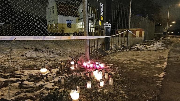 Ljuslyktor vid ett stängsel. Foto: Anna Lingsell/Sveriges Radio.