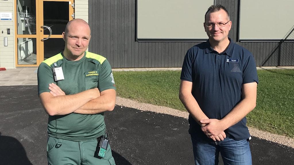 Ambulanssjuksköterskan Tomas Sundström och tf ambulanschefen Peter Nordin står utanför ambulansstationen i Råda. Foto: Per Larsson/Sveriges Radio