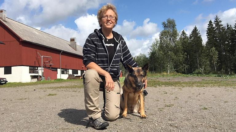 Anna Haeggblom Bjellå och hunden Oska. Foto: Gustav Jacobson/Sveriges Radio.