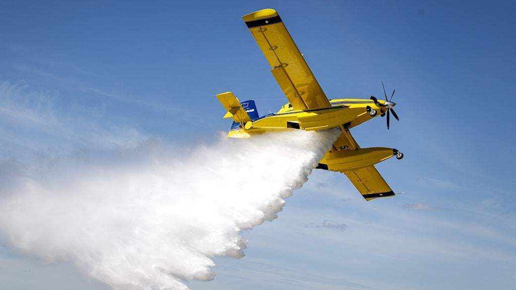 Brandflygplan släpper ut en stor mängd vatten.