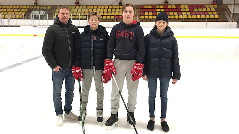 Mattias Fransson, Joe Wahlund, Isak Lundgren, Arvid Läth står på isen i en hockeyrink. Foto: Jonas Berglund/Sveriges Radio.