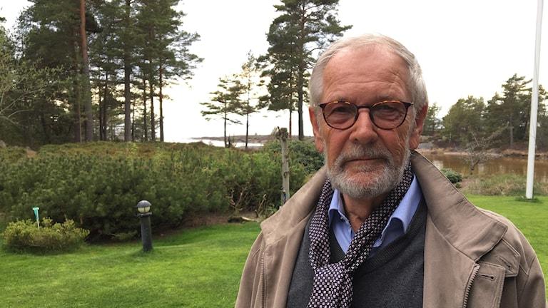 Rolf Kläppe vid sin trädgård