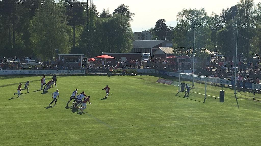 Sargon Abraham skjuter en straff för Degerfors IF mot IK Brage hemma på Stora Valla. Foto: Magnus Hermansson/Sveriges Radio.