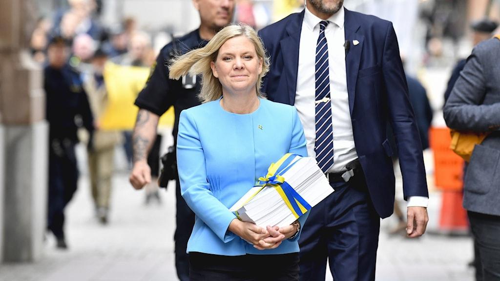 Magdalena Andersson med budget i famn.
