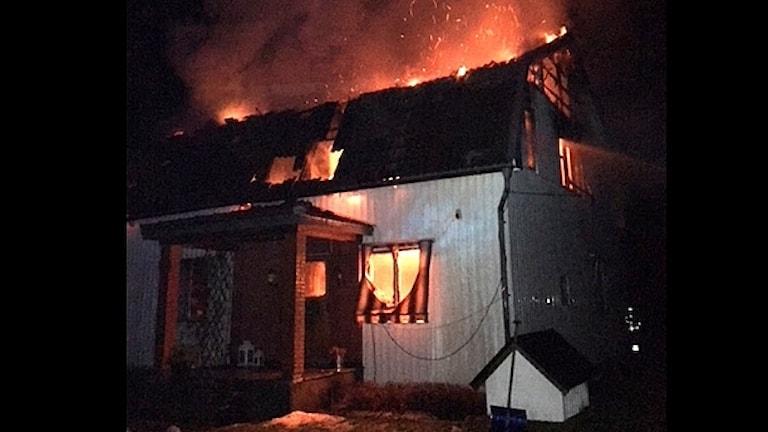 En villa brinner. Foto: Bergslagens Räddningstjänst