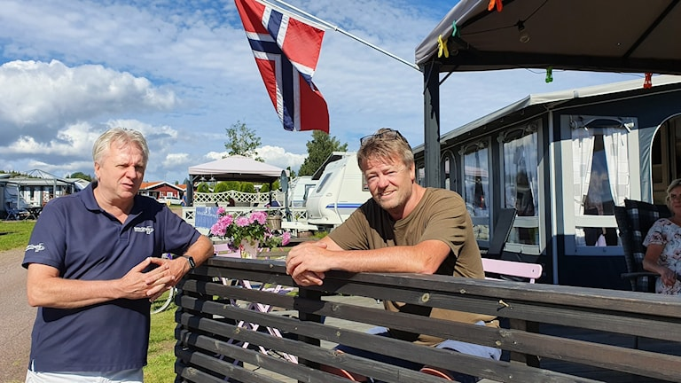 Reine Flodin, anläggningschef på Sunne camping och Arne Hagen från Kongsvinger som den senaste veckan kunnat semestra i den säsongsuppställda husvagnen. Foto: Aron Eriksson/Sveriges Radio.