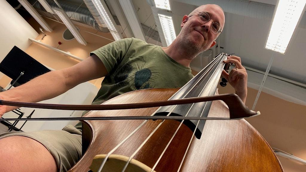 man med kontrabas, foto: Tomas Hedman/Sveriges Radio