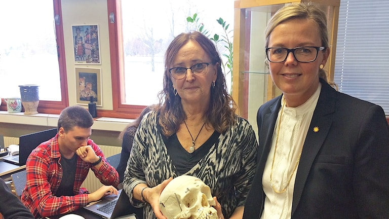 Birgitta Landgren, lärare, och Erica Andrén, rektor på Älvkullegymnasiet i Karlstad. Foto: Jenny Tibblin/Sveriges Radio.